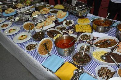 """Spektakularni stol s lokalnim delicijama na manifestaciji """"Kako su kuhale naše bake"""""""