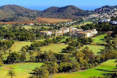 Hotel Principe Felipe s vilama na brdašcu u pozadini