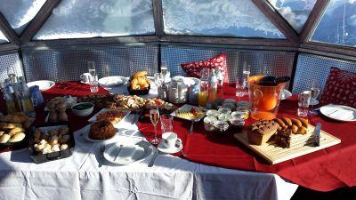 Postavljen stol za doručak u kugli na Kreuzkogelu