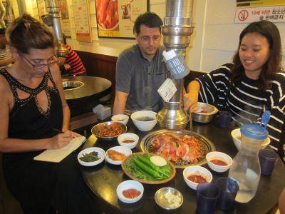 Tipičan korejski stol s hranom i roštiljem na sredini