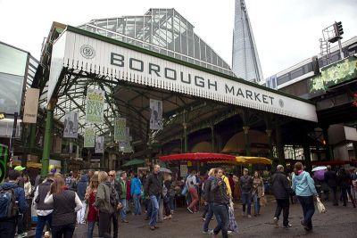 Ulaz u Borough Market s vlakom koji prolazi iznad