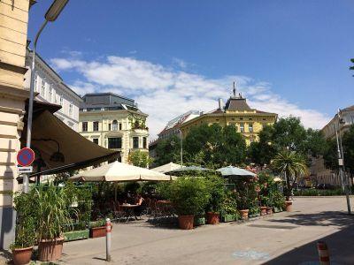 Radetzky ulica s kafićima kao iz američkih filmova