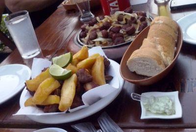 Pržena rebarca, mandioca frita i pržene kobasice