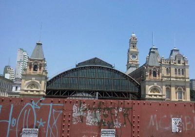 Stari kolodvor u Sao Paulu iza kojeg se nalazi cracolandia