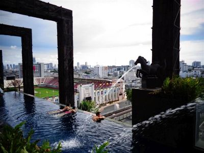 Hotelski bazen s pogledom na stadion
