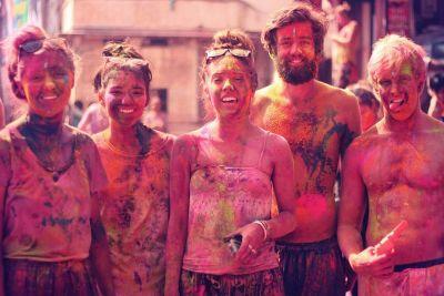 Zapadni turisti posjećuju Holi u velikom broju