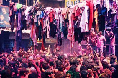 Odjeća koja se trga s tijela visi sa žica iznad ulica