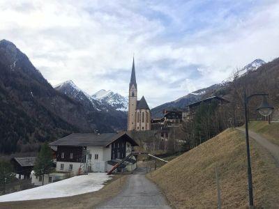 Crkva s Grossglocknerom u pozadini