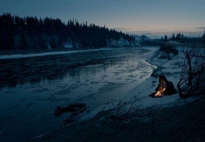 Glass ispliva iz ledene rijeke pa zapali vatricu