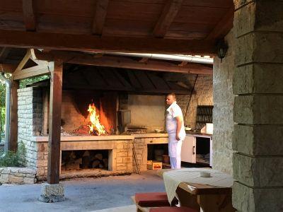 Ognjišće spremno za čripnju i jela na žaru