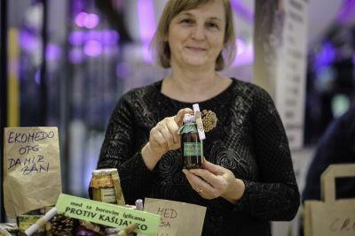 MIrjana Ban prodaje proizvode od meda iz ekoloških košnica
