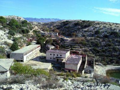 Ostaci zatvora na Golom opasni su za posjetitelje (foto: Darko Bavoljak)