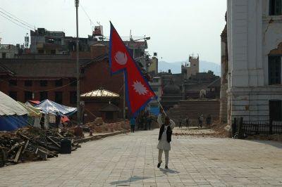 Nepalac sa zastavom na Durbar trgu je svaki dan