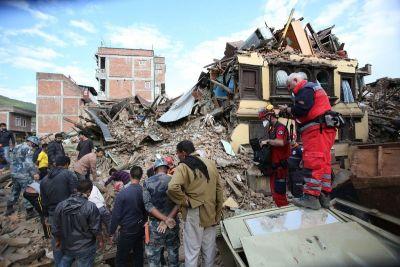 Ljudi već danima izvlače žrtve ispod ruševina